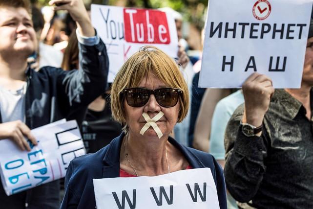 Les manifestants ont marqué leur opposition aux dernières... (PHOTO MLADEN ANTONOV, AGENCE FRANCE-PRESSE)