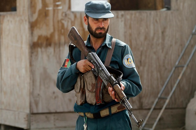 Un policier afghan monte la garde à un... (PHOTO ALLAUDDIN KHAN, ARCHIVES ASSOCIATED PRESS)