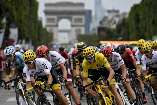 Le Britannique Chris Froome, qui revêt le maillot... (AFP, Philippe Lopez)