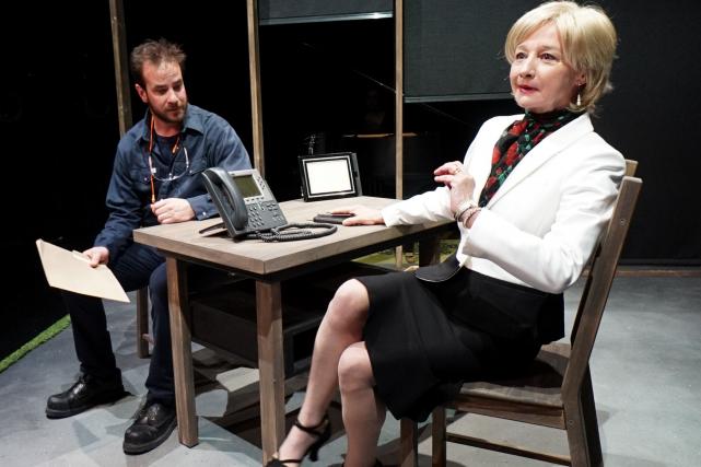 Jim, joué par Robin-Joël Cool, montre à Annabelle,... (Photo Marianne Desrosiers)