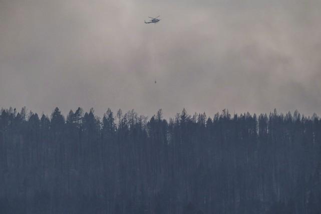 Plus de 4000 personnes combattaient les 150 feux... (Archives La Presse canadienne, Darryl Dick)