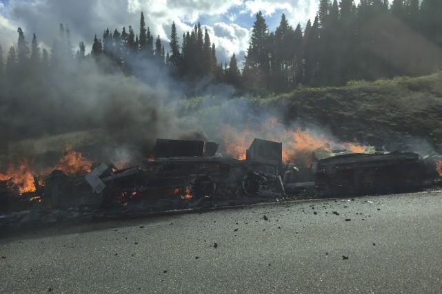 Une roulotte en feu a perturbé la circulation... (Photo courtoisie, Jimmy Tremblay)