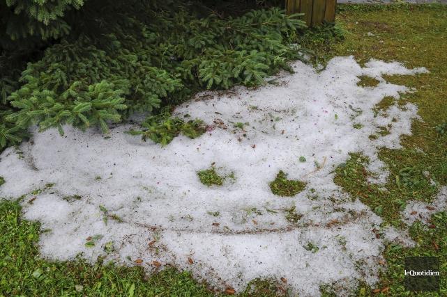 Des accumulations de grêle étaient visibles sur les... (Photo Le Quotidien, Gimmy Desbiens)