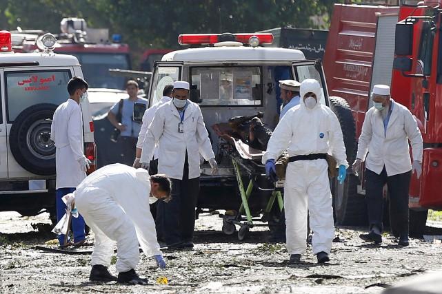 Des inspecteurs travaillent sur la scène de crime... (PHOTO OMAR SOBHANI, REUTERS)