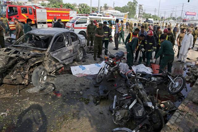L'explosion s'est produite sur un marché de légumes... (PHOTO K.M. CHAUDARY, ASSOCIATED PRESS)