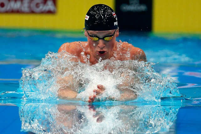 Adam Peaty s'est assuré la victoire au 100 mètres brasse.... (PHOTO DARKO BANDIC, ASSOCIATED PRESS)