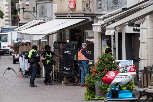La police enquête dans la vieille ville de... (AP, Ennio Leanza)