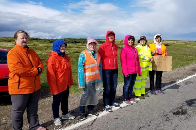 Quelques habitants de L'Anse-au-Loup, au Labrador, ont manifesté... (La Presse canadienne, Angela Fowler)
