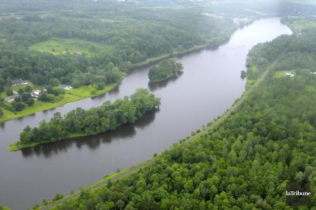 Le niveau de la rivière Saint-François devrait baisser de façon importante au... (Archives La Tribune, Maxime Picard)