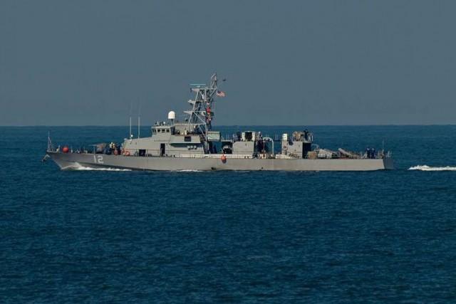 Après les coups de semonce, le navire iranien... (Photo Twitter)