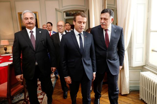 Le président français Emmanuel Macron en compagnie de... (REUTERS)