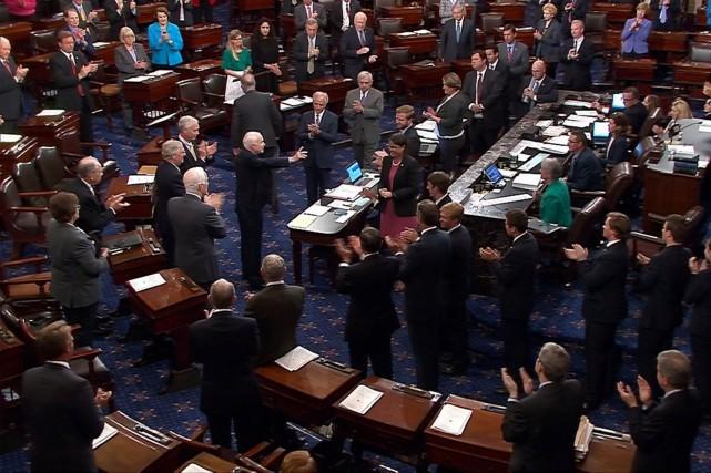 Ovationné par ses collègues à son entrée dans... (Photo Reuters)