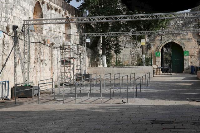 Les autorités israéliennes, qui avaient installé le 16... (AFP, Ahmad Gharabli)