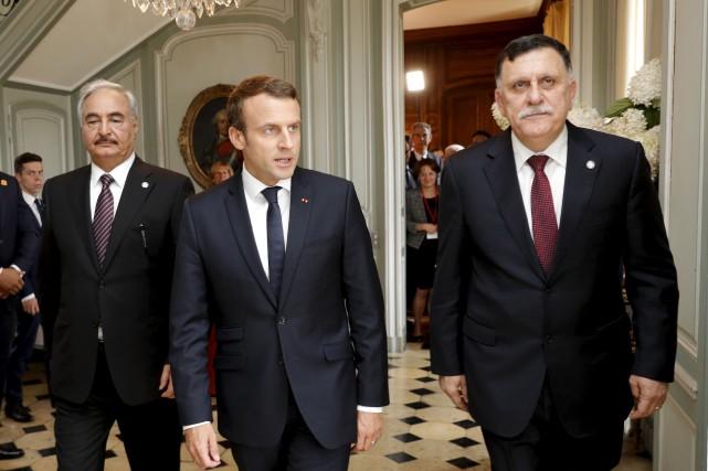 Sous l'égide du président français Emmanuel Macron (au... (AP, Philippe Wojazer)