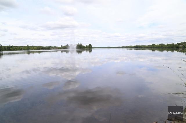 Le lac Boivin et sa fontaine emblématique... (Janick Marois, archives La Voix de l'Est)