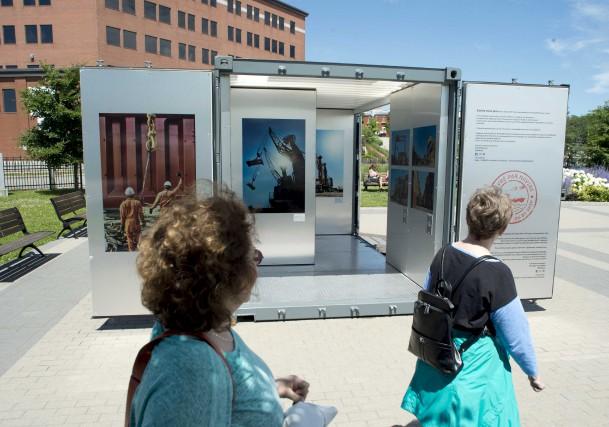 Une exposition itinérante de photos installée dans un... (Sylvain Mayer)