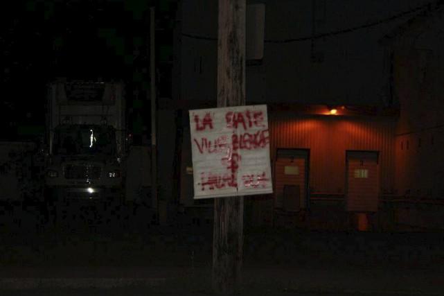 Une pancarte indiquant «La Baie ville blanche halal... (Photo tirée de Facebook)