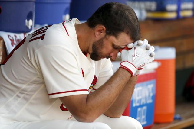 Le lanceur Adam Wainwright a mal au dos.... (PHOTO Jeff Roberson, AP)