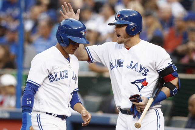 Josh Donaldson, à droite, félicite Ryan Goins.... (Photo Mark Blinch, La Presse canadienne)