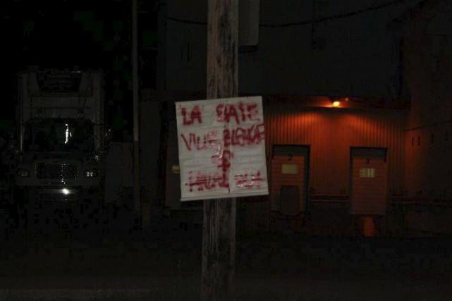Une pancarte indiquant «La Baie ville blanche halal... (tirée de Facebook)