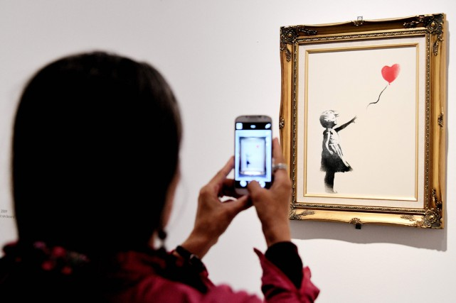 La petite fille au ballon de Banksy... (PHOTO ARCHIVES AFP)