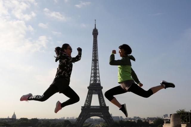 D'un coup sec, les danseuses du Moulin Rouge arrachent leurs pantalons pour... (PHOTO AFP)