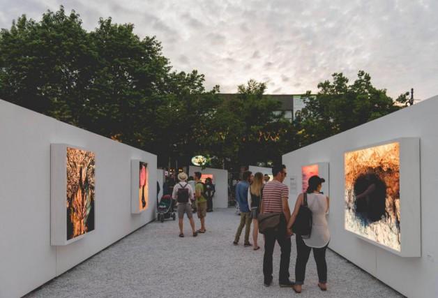 Au crépuscule, les boîtiers accueillant les photographies de... (Photo Raphaël Thibodeau, fournie par laSociété de développement commercial du Village)