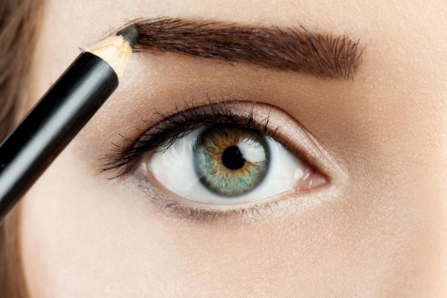 Les sourcils pleins ont la cote en ce... (Photo Thinkstock)