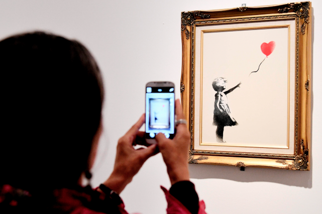 La petite fille au ballon de Banksy... (AFP, VINCENZO PINTO)