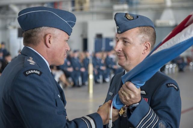 Le major-général Christian Dallaire remet le fanion de... (Photo courtoisie, Caporal Gary Calvé)