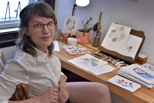 Justine Gagnon partage son bureau entre son travail... (Le Soleil, Patrice Laroche)