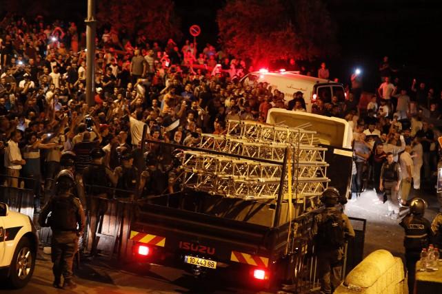 Des rails et échafaudages récemment montés ont été... (PHOTO AHMAD GHARABLI, AFP)