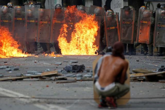 Des affrontements entre manifestants et forces de l'ordre... (PHOTO Carlos Garcia Rawlins, REUTERS)