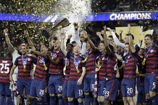 Les joueurs de l'équipe américaine célèbrent après avoir... (Photo Ben Margot, AP)