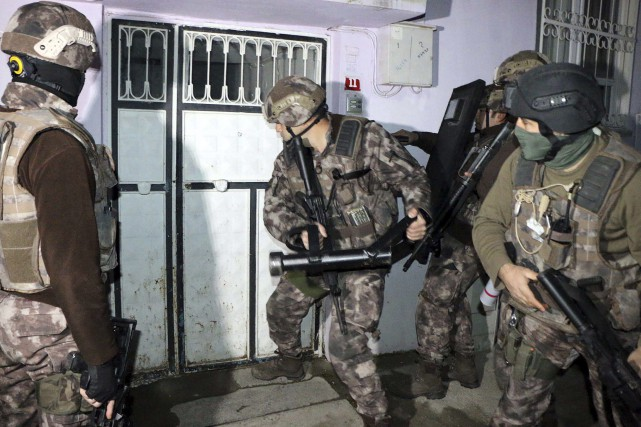Les personnes interpellées sont soupçonnées d'avoir effectué plusieurs... (Photo archives AP)