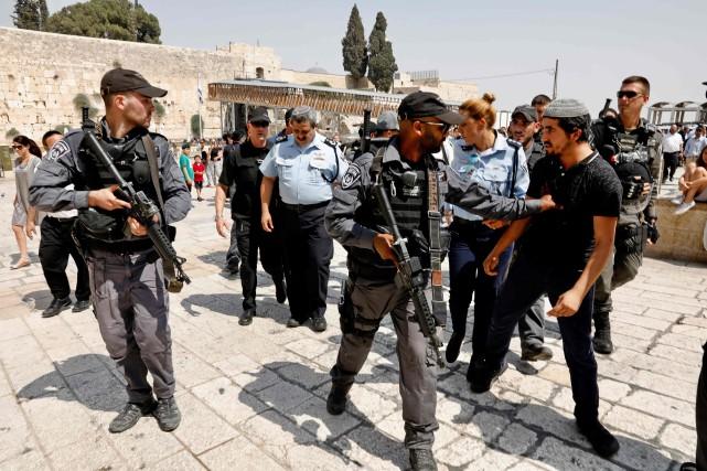 Des milliers de fidèles musulmans pénétraient jeudi sur... (PHOTO GALI TIBBON, AFP)