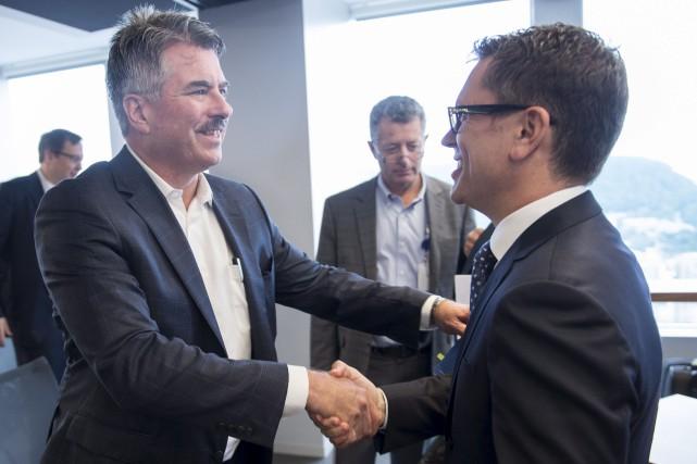 Le président de Tembec, James Lopez (à gauche),... (La Presse canadienne, Paul Chiasson)