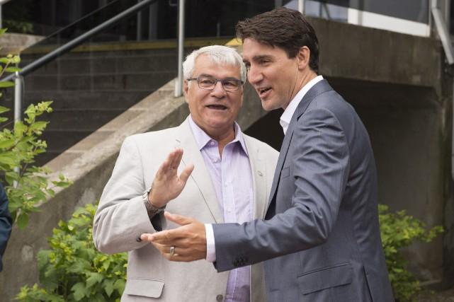 Le maire d'Alma, Jacques Asselin, en compagnie de... (La Presse canadienne, Jacques Boissinot)
