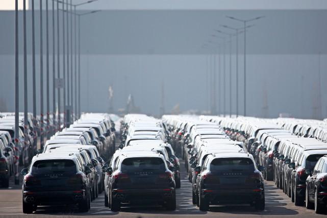 Des Porsche Cayenne récemment assemblés sont stationnés derrière... (Photo : AFP)