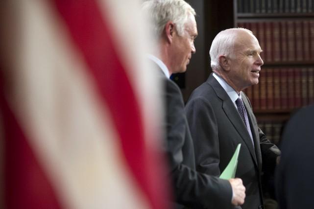 Les sénateurs républicains Ron Johnson et John McCain... (AP, Cliff Owen)