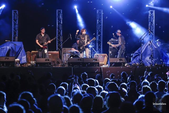 Les Dales Hawerchuk ont entamé la soirée rock... (Photo Le Quotidien, Gimmy Desbiens)
