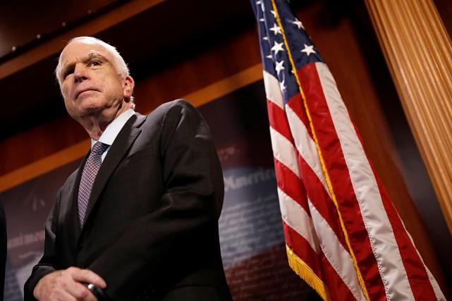 Le sénateur républicain John McCain, de retour au... (PHOTO AARON P. BERNSTEIN, REUTERS)