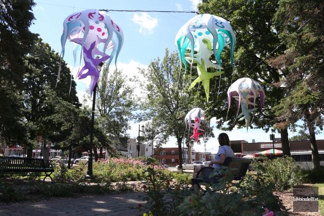 Des méduses aériennes, illuminées en soirée, flottent au... (Christophe Boisseau-Dion, La Voix de l'Est)