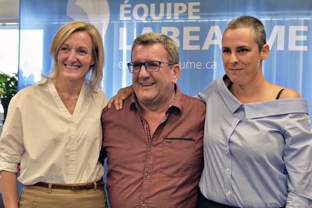 Régis Labeaume, entouré de Nathalie Roy (à gauche)... (Le Soleil, Patrice Laroche)