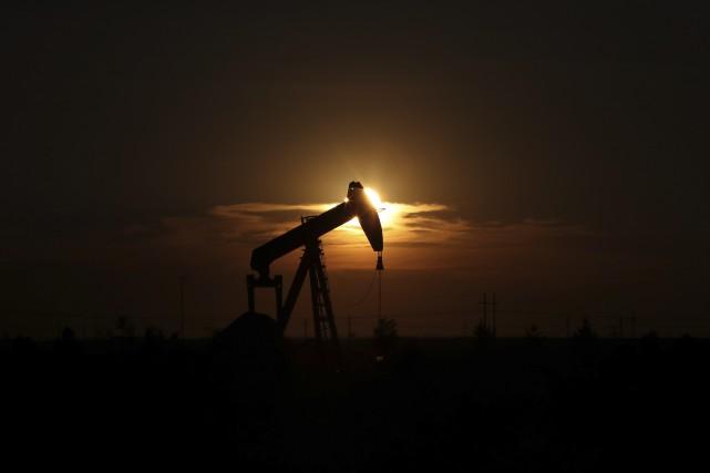 Le pétrole a clôturé en hausse vendredi, porté par les inquiétudes sur le... (PHOTO ARCHIVES AP)