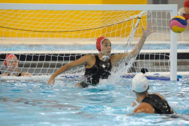 Jessica Gaudreault, d'Ottawa, et l'équipe nationale de water-polo... (Courtoisie, Water-Polo Canada)