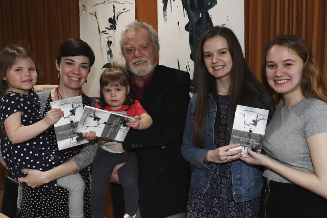 L'auteur Guy Joncas pose ici avec ses trois... (Photo Le Progrès, Michel Tremblay)