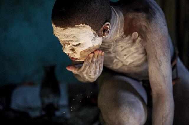 Après l'opération, les jeunes hommes sont confinés pour... (AFP, Mujahid Safodien)