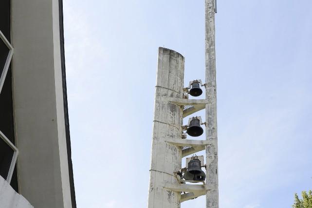 Au printemps, des pièces de béton du clocher... (Photo Le Progrès, Jeannot Lévesque)
