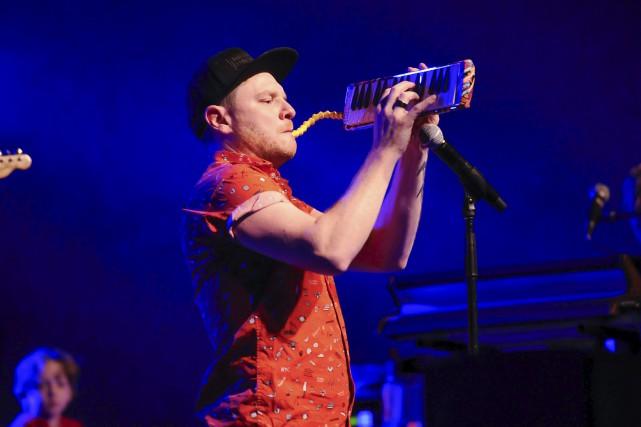 Yann Perreau déborde d'énergie sur scène.... (Photo Le Progrès, Gimmy Desbiens)